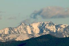 Colline innevate delle alte montagne Immagini Stock