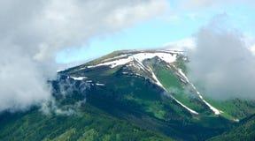 Colline innevate delle alte montagne Immagine Stock