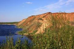 Colline par la rivière Photo libre de droits