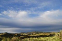 Colline pedemontana definite luminose sotto cielo blu Fotografia Stock Libera da Diritti