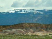 Colline rosse del Montana, montagne innevate Fotografie Stock Libere da Diritti