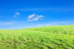 Colline sotto il cielo blu Fotografia Stock