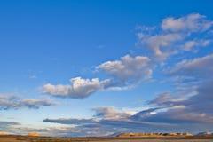 Colline sotto il cielo nuvoloso immagini stock