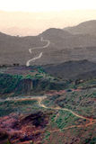 Colline, strada e campagna nebbiose etiopiche - Africa scenica Immagini Stock