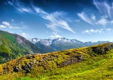 Colline svizzere verdi sotto uno sleale blu profondo Fotografie Stock Libere da Diritti