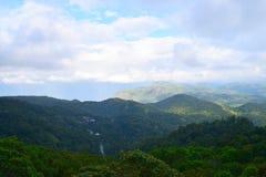 Colline verdi di Ghats occidentale e nuvole in cielo blu - paesaggio nel Kerala, India immagine stock libera da diritti