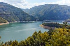 Colline verdi intorno alla diga di Vacha, montagne di Rhodope, Bulgaria Immagini Stock