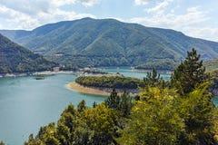 Colline verdi intorno alla diga di Vacha, montagne di Rhodope, Bulgaria Immagini Stock Libere da Diritti