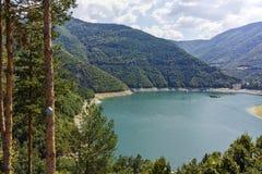 Colline verdi intorno alla diga di Vacha, montagne di Rhodope, Bulgaria Fotografie Stock Libere da Diritti