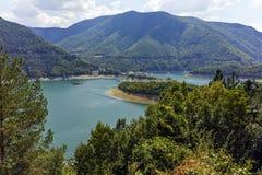 Colline verdi intorno alla diga di Vacha, montagne di Rhodope, Bulgaria Fotografia Stock Libera da Diritti