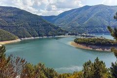 Colline verdi intorno alla diga di Vacha, montagne di Rhodope, Bulgaria Fotografia Stock