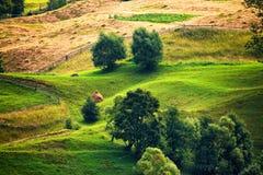 Colline verdi in valle della montagna Fotografie Stock