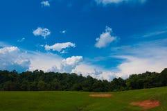 Colline verte sous un ciel bleu. Images libres de droits
