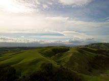 Collines aériennes et belles du Nouvelle-Zélande au coucher du soleil Images stock