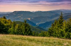 Collines boisées au-dessus de la vallée de Brustury au coucher du soleil photos libres de droits