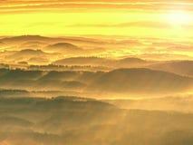 Collines brumeuses et paysage de montagne d'automne Image filtrée photo libre de droits