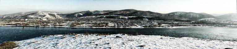 Collines d'hiver du fleuve Ienisseï de panorama de ville de Krasnoïarsk Images stock