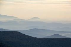 Collines dans la brume de matin Photo stock