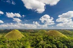 Collines de chocolat avec les nuages et le ciel, Philippines Image stock