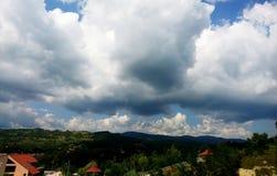 Collines de Slanic Prahova sous les couds image libre de droits