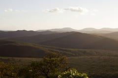 Collines de terre de zoulou au coucher du soleil Photographie stock libre de droits