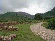 Collines en pierre antiques de vallée de roche de belle voie de ciel Image libre de droits
