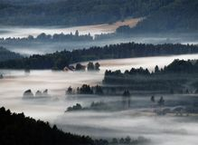Collines et brouillard Photo stock