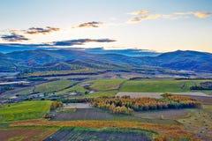 Collines et coucher du soleil de forêt d'automne Image libre de droits