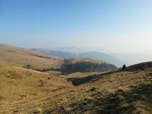 Collines et montagnes dans le premier soleil de ressort photographie stock libre de droits