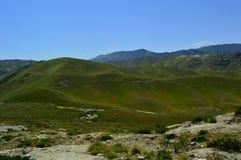 Collines et montagnes, Kadamzhai, Kirghizistan Images stock