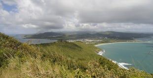 Collines et rivage sur une île Photographie stock libre de droits