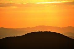 Collines sur le lever de soleil Images stock