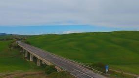 Collines typiques d'herbe verte de la Toscane Tir visuel de bourdon aérien clips vidéos