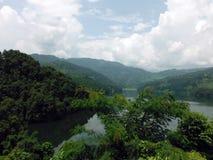 Collines vertes autour de lac Begnes, Népal Photographie stock libre de droits