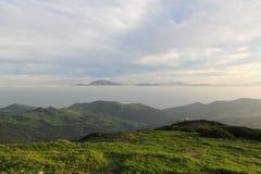 Collines vertes de l'Andalousie, de l'océan et des montagnes de l'Afrique Photos stock