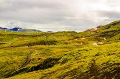 Collines vertes de mousse près de centrale géothermique de Nesjavellir en Islande Images libres de droits