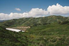 Collines vertes de roulement et nuages houleux photographie stock libre de droits
