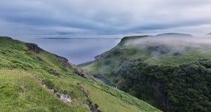 Collines vertes près de l'océan sur l'île de Skye en brume Image libre de droits