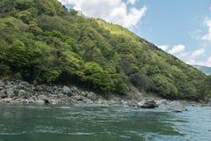 Collines vertes rocheuses le long de rivière de Hozugawa Image libre de droits