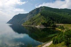 Collines vertes sur le lac Baikal photo stock