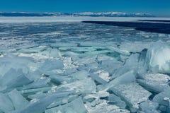Collinette del ghiaccio sul lago congelato Baikal Fotografie Stock