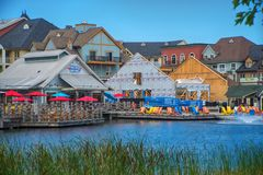 COLLINGWOOD,加拿大- 2017年7月19日:池塘和restau看法  免版税库存图片