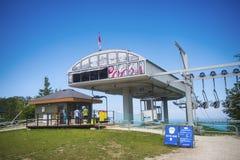 COLLINGWOOD, ДАЛЬШЕ, КАНАДА - 20-ОЕ ИЮЛЯ 2017: Взгляд chairli гондолы Стоковые Фото
