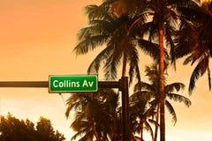 Collins Ave teken en palmenbomen op kleurrijke zonsondergangachtergrond stock foto's