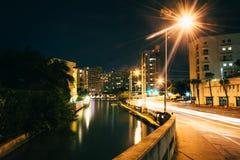 Collins Canal la nuit, dans Miami Beach, la Floride Photo stock