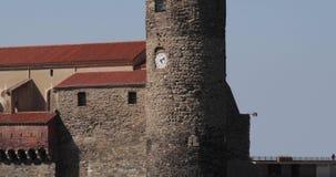 Collioure, Γαλλία Άποψη κλίσης της εκκλησίας της κυρίας μας των αγγέλων πέρα από τον κόλπο στην ηλιόλουστη ημέρα ανοίξεων απόθεμα βίντεο