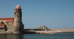 Collioure, Γαλλία Εκκλησία της κυρίας μας των αγγέλων πέρα από τον κόλπο στην ηλιόλουστη ημέρα φιλμ μικρού μήκους