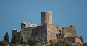 Collioure, Γαλλία Οχυρό Άγιος Elme στην ηλιόλουστη ημέρα ανοίξεων Το παλαιό μεσαιωνικό φρούριο Άγιος -Άγιος-elme είναι ένα στρατι απόθεμα βίντεο