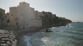 Collioure, France Vagues de la mer Méditerranée lavant la côte en Sunny Spring Day banque de vidéos