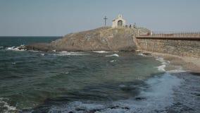 Collioure, France Vagues de la mer Méditerranée lavant la côte près du jour de St Vincent Chapel In Sunny Spring banque de vidéos